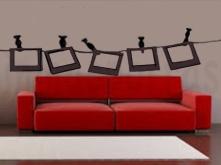 sofá rojo con fotos colgadas marca de agua