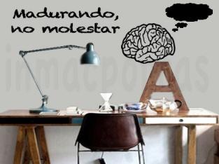 mesa-de-estudio-con-cerebro-marca-de-agua
